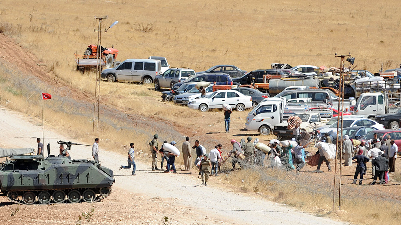 Numan Kurtulmus török miniszterelnök-helyettes elmondta, hogy múlthéten nyolc határátkelőt nyitottak meg az iraki-török határon, de hétfőn már csak egy működött, Murstipinar mellett. A török határrendészet szerint a megfelelő védőoltások beadása és a személyazonosságok ellenőrzése miatt zárták be a többi határt. Fotó: Getty Images