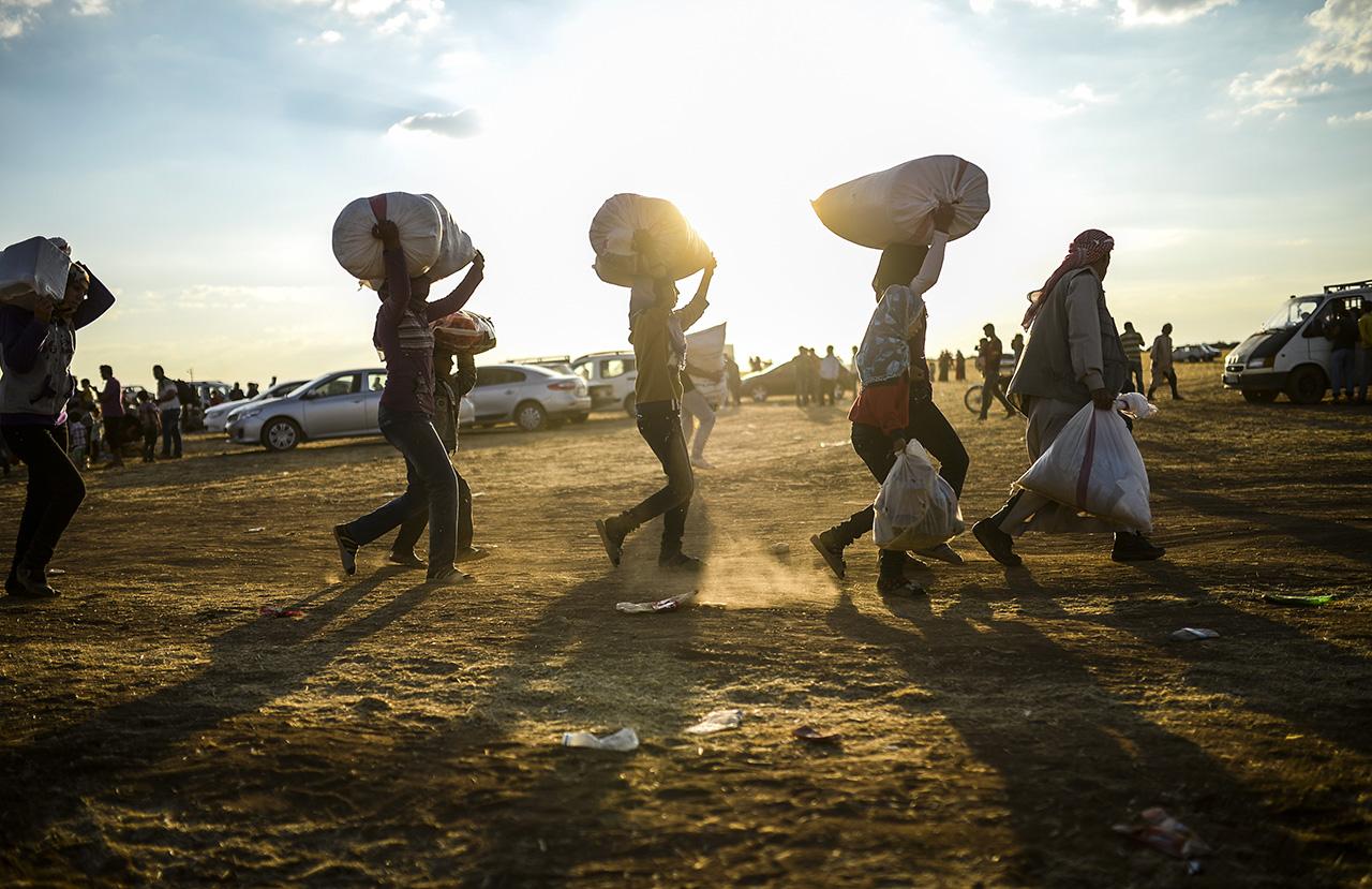 Nem csillapodik az Irakból érkező kurd menekült hullám Törökországban. Hétfő estére már 130-140 ezer. az Iszlám Állam fegyveresei elől menekülő kurd érkezett az iraki-török határhoz. A menekülők Ain-al-Arab, kurd nyelven Kobani városából és annak környékéről érkeztek. A várostól már 10-15 kilométerre járnak az iszlamista szervezet fegyveresei és a hírek szerint brutális módon végzik az ott maradt kurd kisebbséget. AFP PHOTO/BULENT KILIC